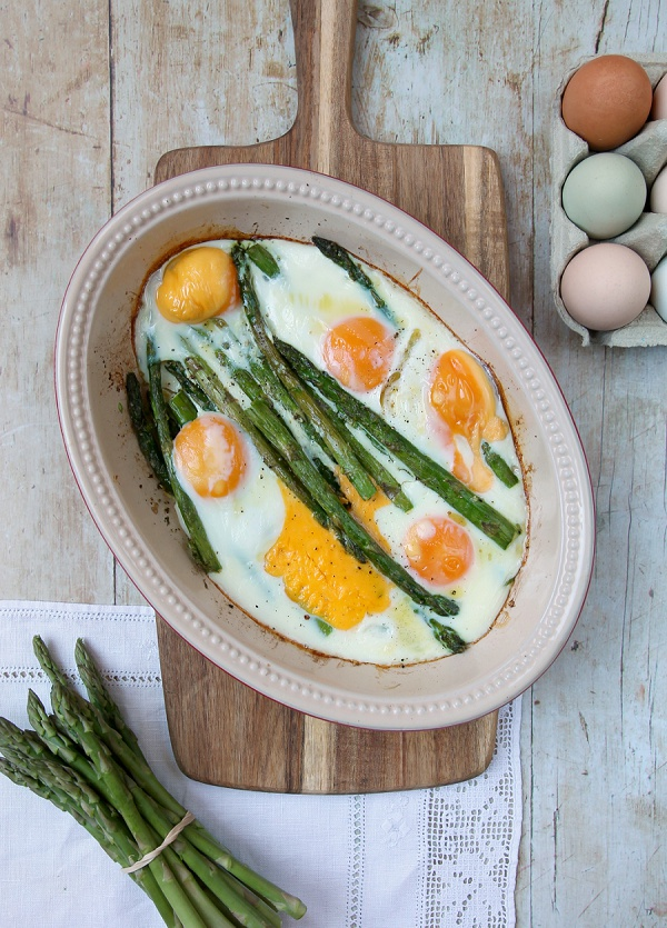 Oven-Baked Asparagus and Eggs